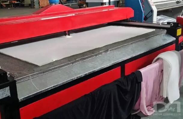上海某品牌激光切割机配合1.6Mp空压机 创新应用服装制造业